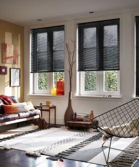 Sonnenschutz durch Jalousien am Fenster